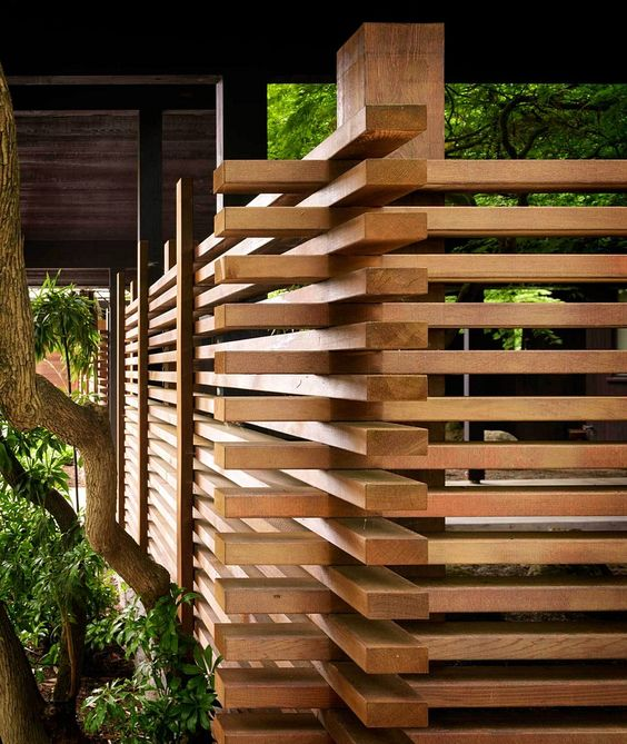privacy fence with interlinked slats