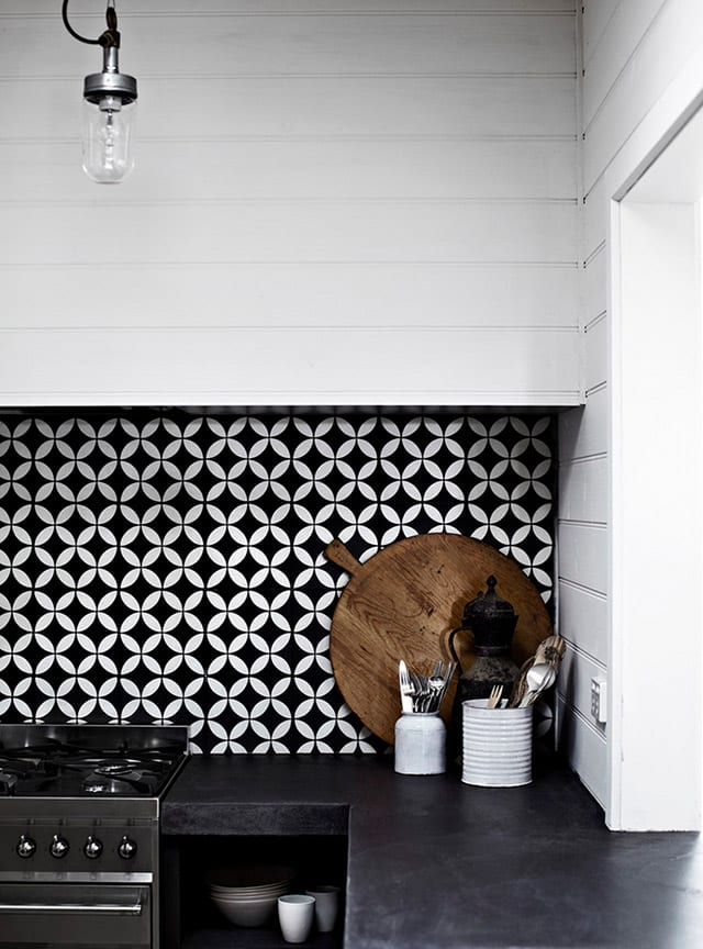 Monochromatic kitchen splashback