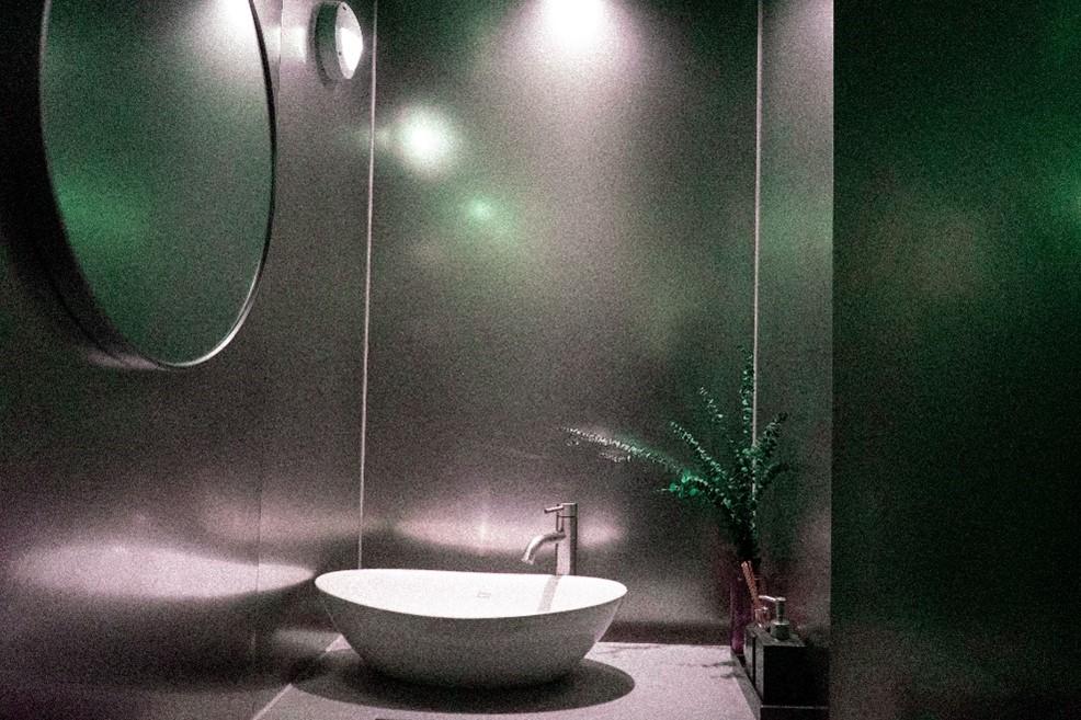 bathroom-lighting-ideas-moody-dark-bathroom