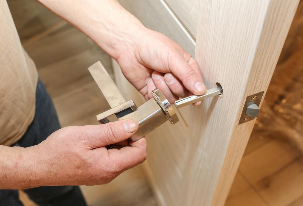 installling-door-handle-lock