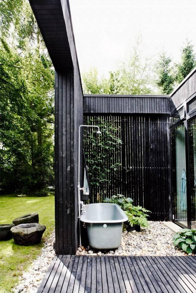 outdoor-bath-black-wall