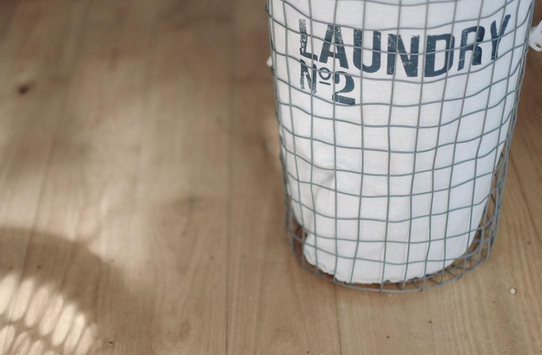 Beyaz çamaşır sepeti