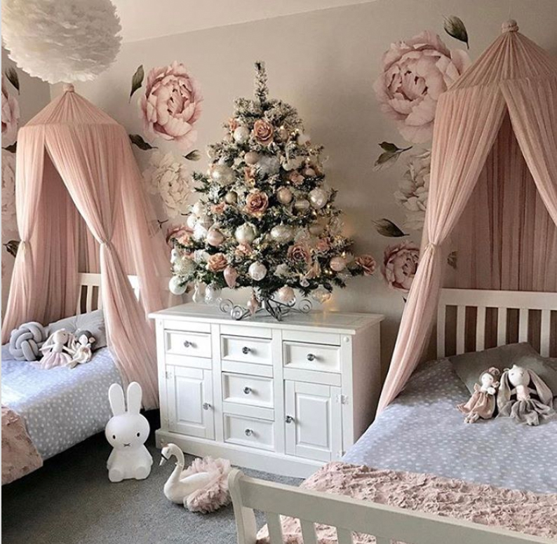 girls bedroom at christmas time